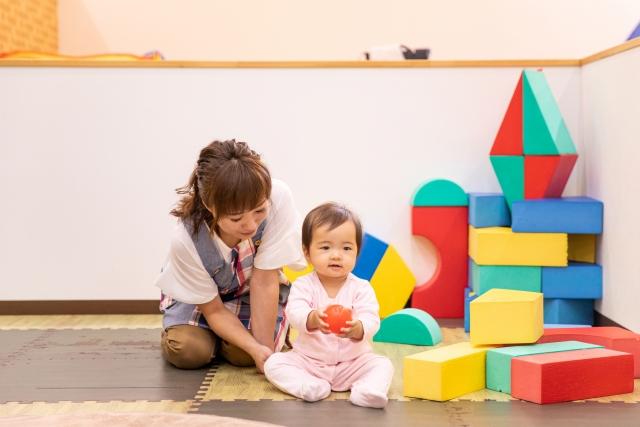 保育園の先生と子ども